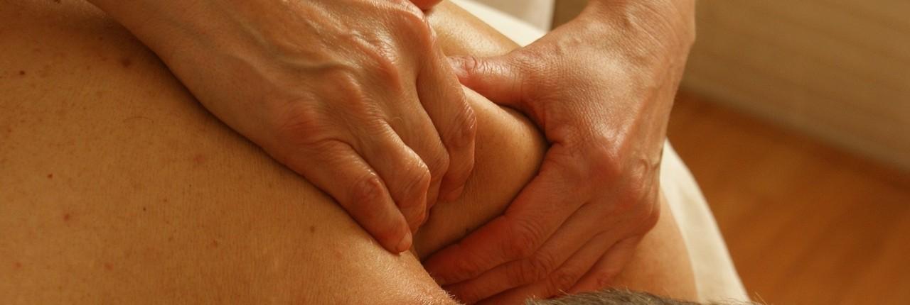 Stanovalcem dom in zunanjim uporabnikom ponujamo storitve masaže v našem domu.